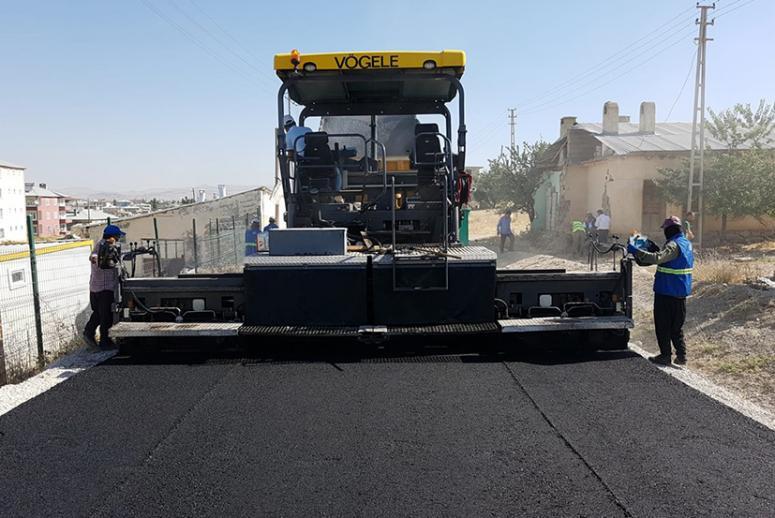 Büyükşehir'in Tuşba'daki asfalt çalışmaları sürüyor