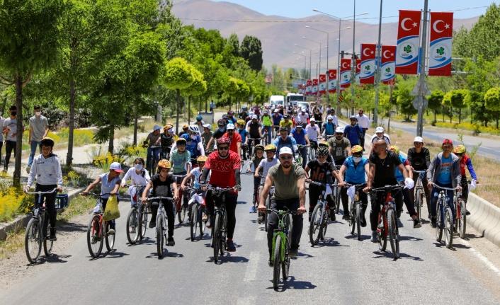 """Gürpınar'da """"Su Hayattır"""" sloganıyla pedal çevirdiler"""