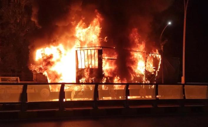 Van'da bir TIR, seyir halindeyken yandı