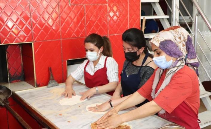 Van'daki Afgan ve yerli  kursiyerlere ekmek üretimi kursu