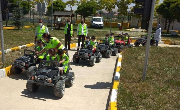 Van'da kreş öğrencilerine trafik eğitimi...