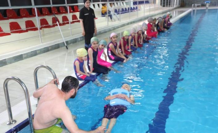 Minik yüzücülerin hedefi olimpiyatlara katılmak