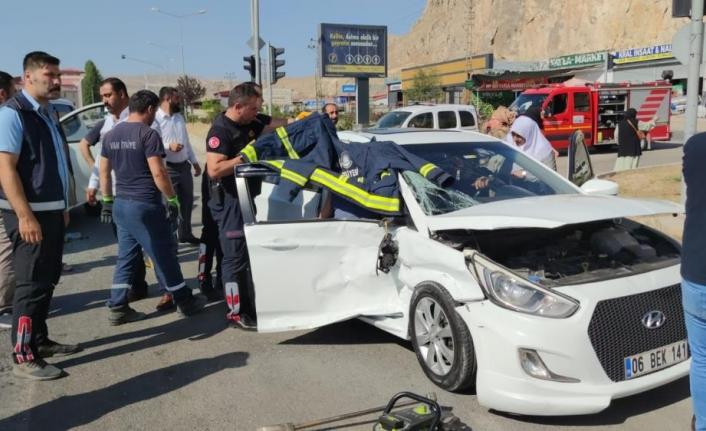 Van'da otomobille kamyonet çarpıştı: 2 yaralı