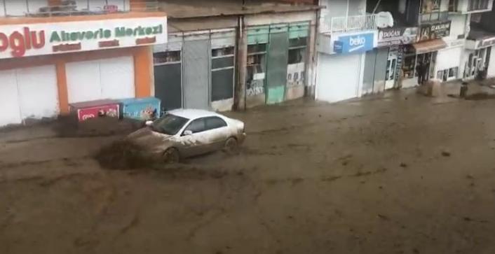 Başkale'de sel suları otomobili sürükledi