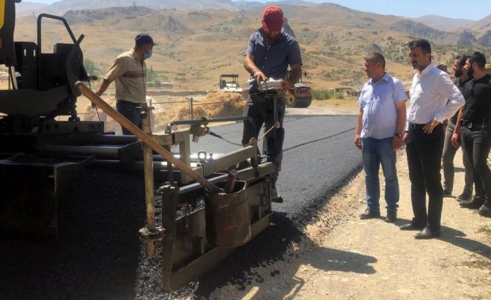 Başkan Şeylan asfaltlama çalışmalarını yerinde inceledi