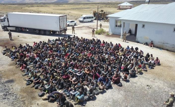Çaldıran'da TIR'ın dorsesinde 300 düzensiz göçmen yakalandı