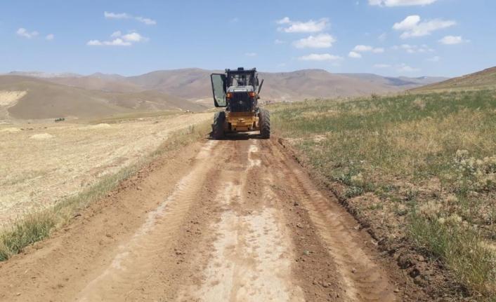 Çaldıran'da selden bozulan tarımsal arazi yolları onarılıyor