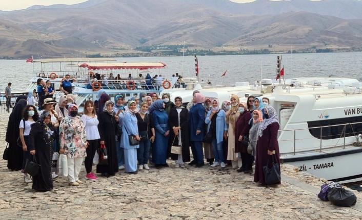 Kadın kursiyerler Akdamar Adası'nı gezdi
