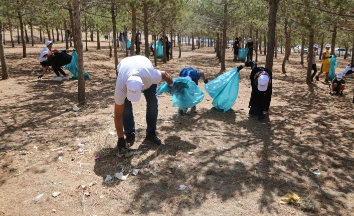 Belediye personelleri ve öğrencilerden temizlik çalışması