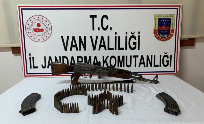 Van'da bir araçta silah ve mühimmat ele geçirildi