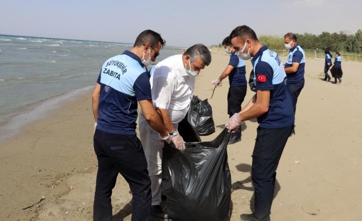 Büyükşehir Zabıtası'ndan Van Gölü sahilinde temizlik çalışması