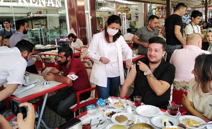 Van Kahvaltısı yapan vatandaşlar aşı oldu