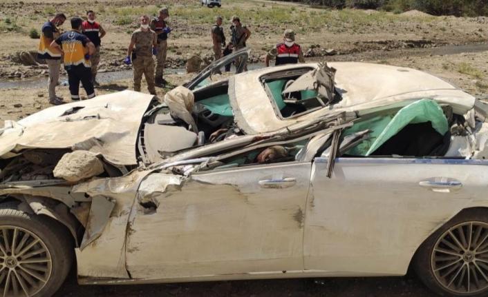 Van'da Irak plakalı otomobil kaza yaptı 2 ölü, 1 yaralı