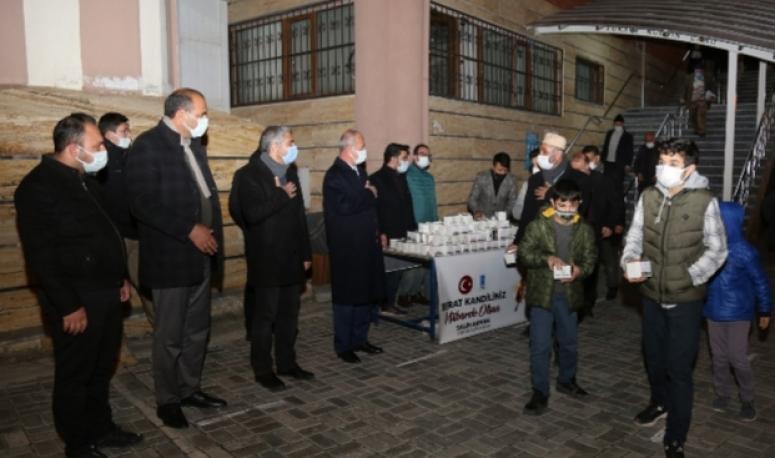 Tuşba Belediyesi kandil simidi dağıttı