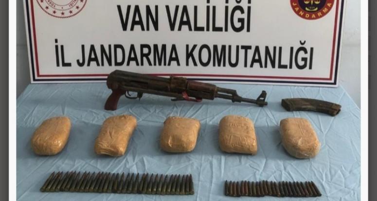 Başkale'de uyuşturucu ve silah ele geçirildi