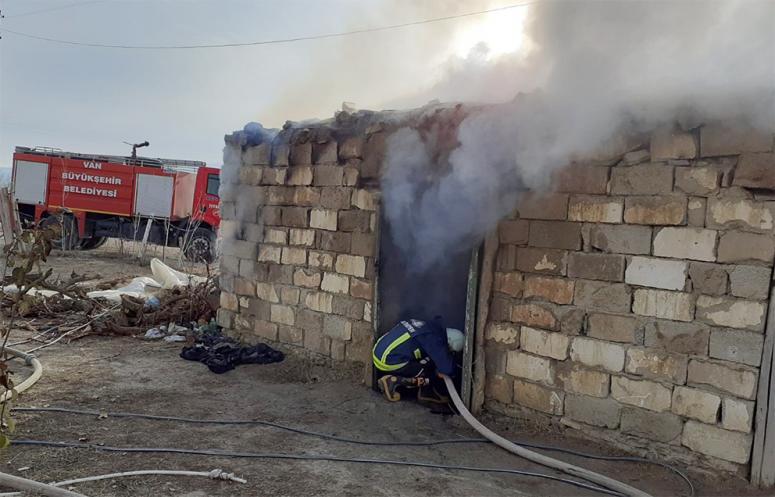 Gürpınar ilçesinde, tadır evi yandı