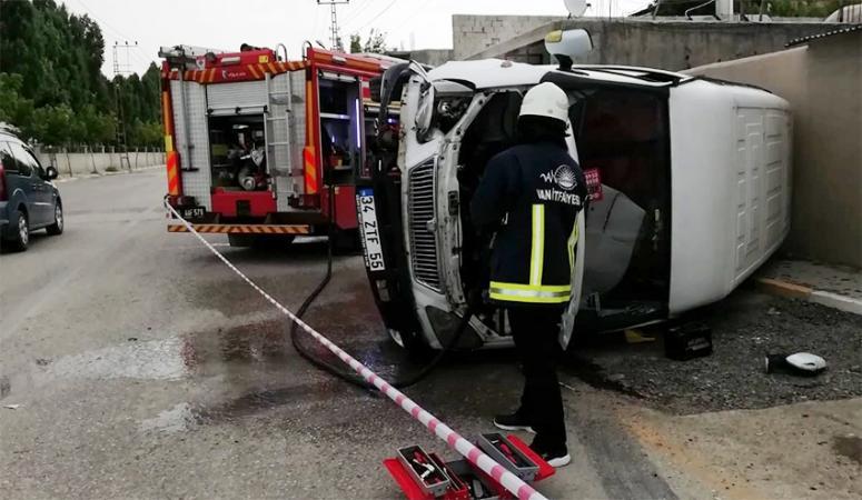 İpekyolu'nda bir kamyonet takla attı