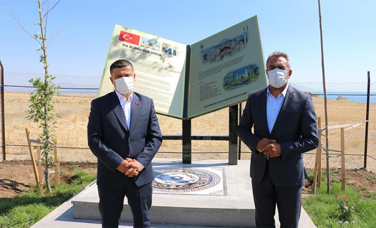 Prof. Dursun'un kaza yaptığı yere anıt yaptırıldı