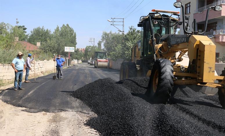 Erciş'te sıcak asfalt çalışmaları sürüyor