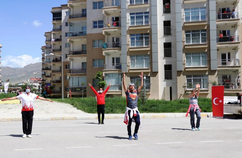 Evlerde kalan vatandaşlara jimnastik