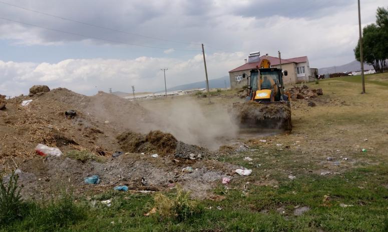 Çaldıran Belediyesi kırsal mahallelerde temizlik çalışması yaptı