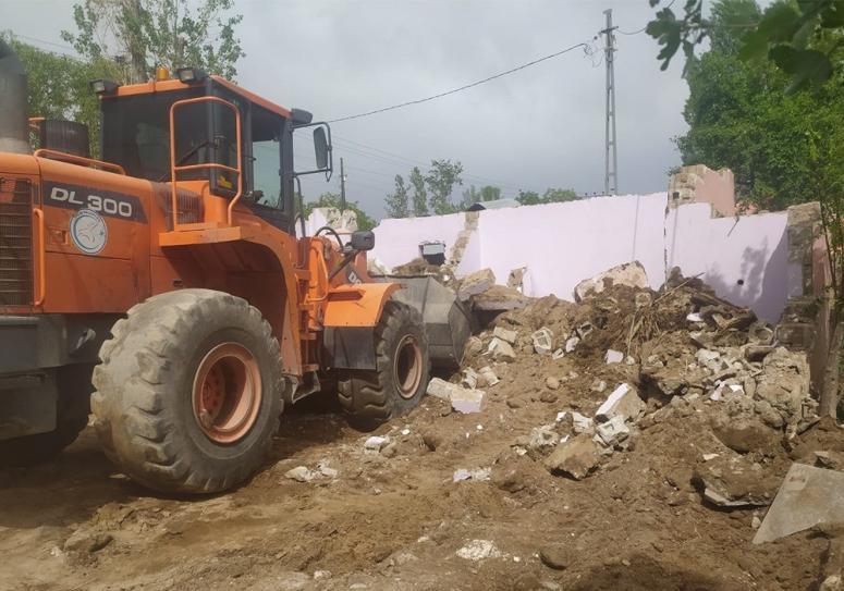 Erciş  Belediyesi metruk yapıları yıkmaya devam ediyor