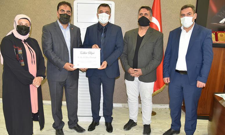 Sünnetçioğlu'na, sağlık çalışanları adına plaket takdim edildi