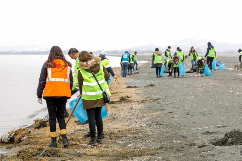 Belediye personelleri ve gönüllülerden temizlik çalışması...