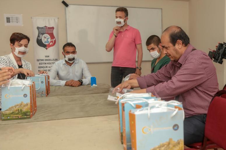 İpekyolu Belediyesi'nden engellilere özel maske üretimi