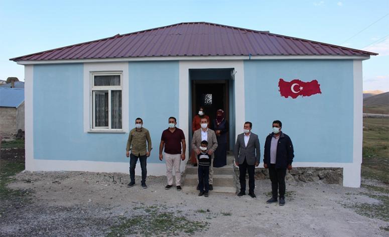 Çaldıran'daki mağdur aile yeni evine taşındı