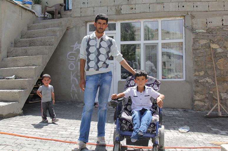 Başkale Belediyesi, engelli çocuk için yol yaptı