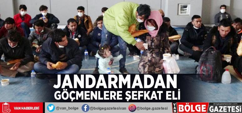 Jandarmadan göçmenlere şefkat eli