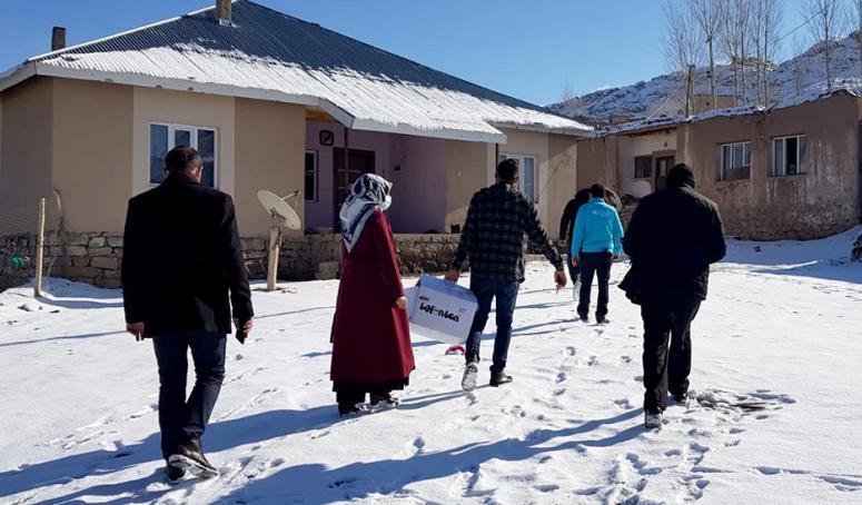 Gürpınar'daki ihtiyaç sahibi çocuklara kışlık kıyafet...
