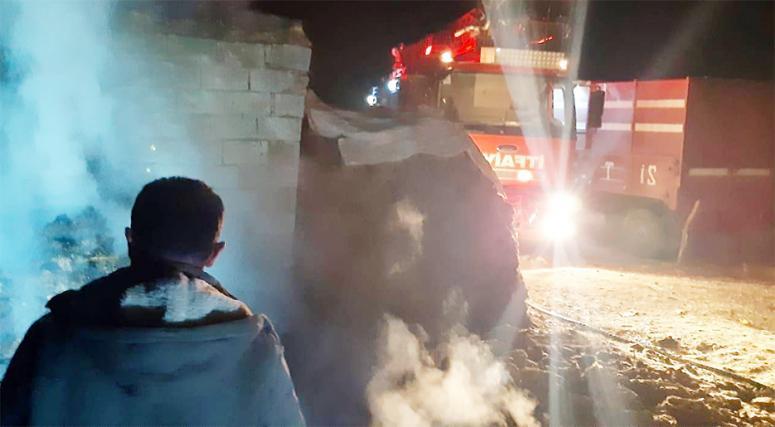 Başkale'deki ot yangınına itfaiye müdahalesi...
