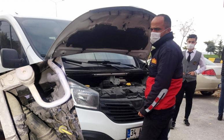 Araç motoruna sıkışan kedi kurtarıldı