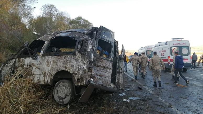 Göçmenleri taşıyan minibüs kaza yaptı: 2 ölü, 27 yaralı