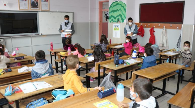 Edremit'te öğrenci ve öğretmenlere dezenfektan ve maske…