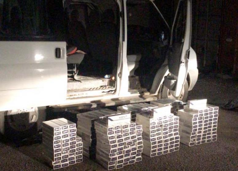 Şüpheli minibüste kaçak sigara ele geçirildi