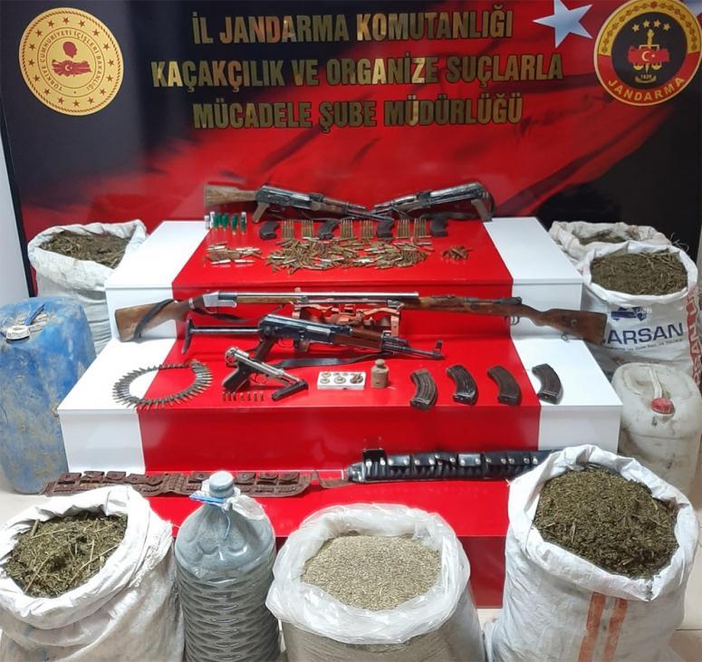 Gürpınar'da silah, mühimmat ve uyuşturucu ele geçirildi