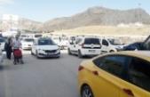 Alternatif caddede araç parkı yüzünden trafik kilitleniyor