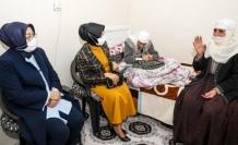 Vali eşinden 122 yaşındaki nineye ziyaret...