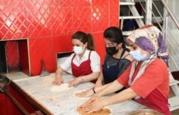 Van'daki Afgan ve yerli kursiyerlere ekmek üretimi...