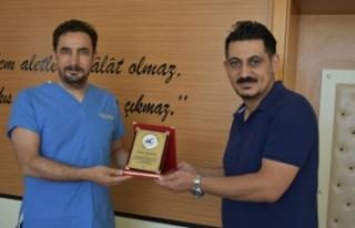 Başarılı doktor Yerlikaya'ya teşekkür plaketi