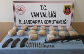 Başkale'de silah ve uyuşturucu ele geçirildi