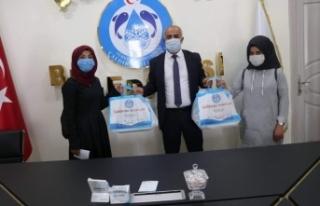 Başkan Ensari'den öğrencilere kaynak kitap desteği