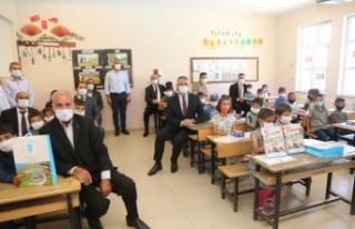 Tuşba Belediyesi'nden öğrencilere kitap seti