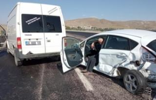 Van'da otomobille minibüs çarpıştı: 2 yaralı