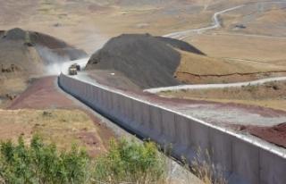 Düzensiz göçmen geçişleri sınır duvarlarıyla...