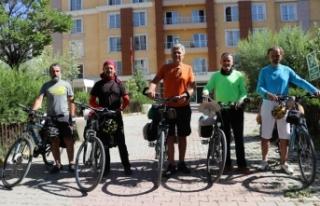 Mersinli öğretmenler Van Gölü etrafını bisikletle...