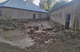 Muradiye'de evler su altında kaldı